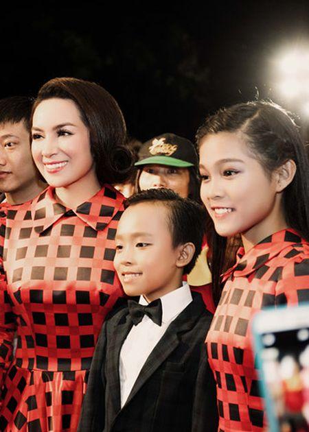 Phi Nhung trao cup Ca si an tuong VTV Awards cho con nuoi Ho Van Cuong - Anh 2