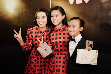 Phi Nhung trao cup Ca si an tuong VTV Awards cho con nuoi Ho Van Cuong - Anh 3
