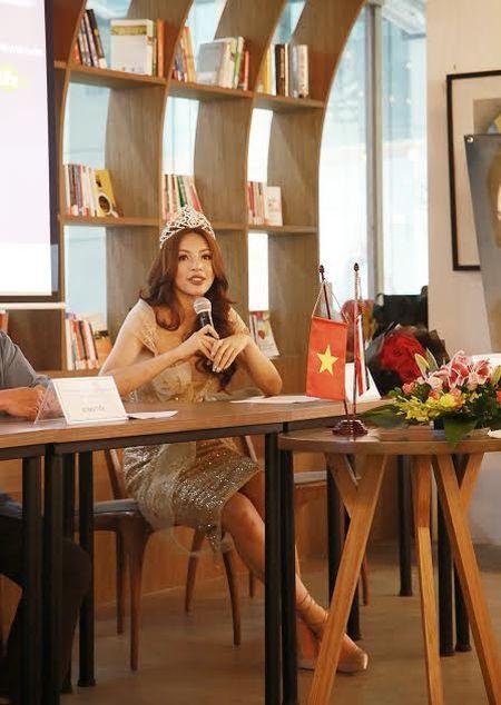 Sieu mau Kha Trang gay soc: 'Nguoi dep duoc ton vinh nho nhan sac va...tien' - Anh 1