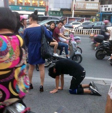 Co gai xich co chang thanh nien keo di tren pho Trung Quoc gay soc - Anh 2