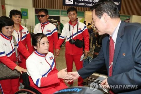 Kim Jong-un don 2 VDV khuyet tat Trieu Tien toi 'cua tu' - Anh 3