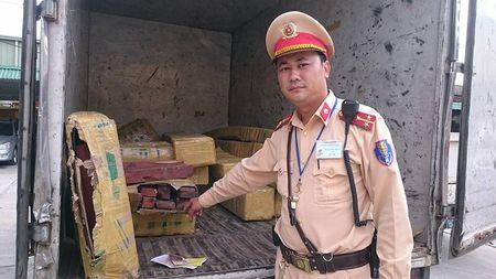 Ha Noi: Bat qua tang o to gia dang xe thu bao van chuyen go lau - Anh 2