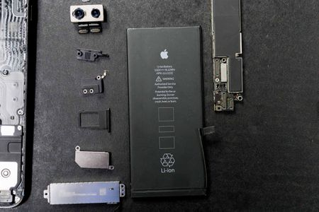 Chi tiet ben trong iPhone 7 Plus: ron chong nuoc, cuc rung to hon, loa to hon - Anh 10