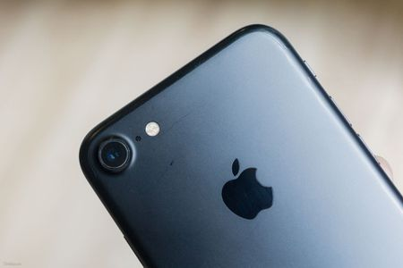So sanh 3 mau cua iPhone: Space Grey - Black - Jet Black, may mau Den khi tray se nhu the nao? - Anh 11