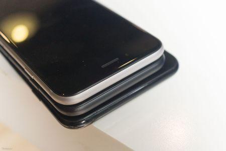 So sanh 3 mau cua iPhone: Space Grey - Black - Jet Black, may mau Den khi tray se nhu the nao? - Anh 6