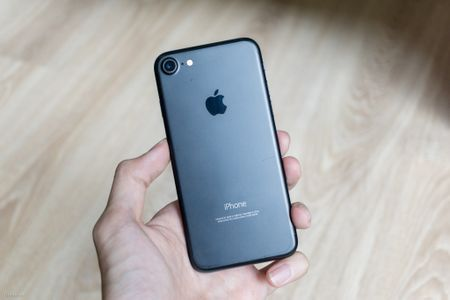 So sanh 3 mau cua iPhone: Space Grey - Black - Jet Black, may mau Den khi tray se nhu the nao? - Anh 7