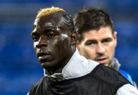 Balotelli nhan giai cau thu xuat sac nhat tren... giuong mat-xa - Anh 1
