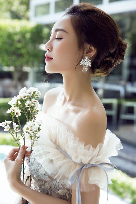Lan Ngoc nhu cong chua voi loat do mong manh khoe vai tran - Anh 3