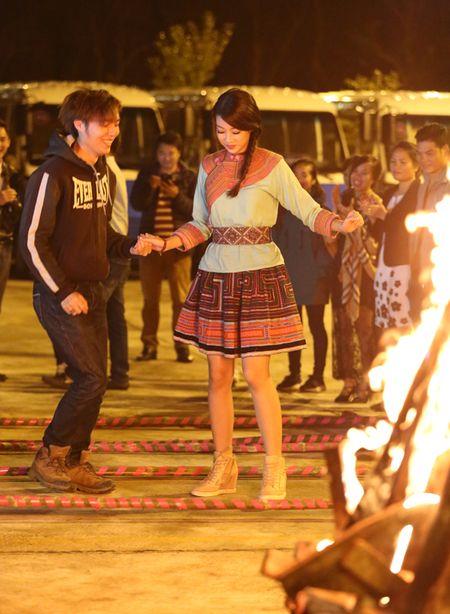 Hoa hau My Linh di sneaker don de nhay sap o Sapa - Anh 1