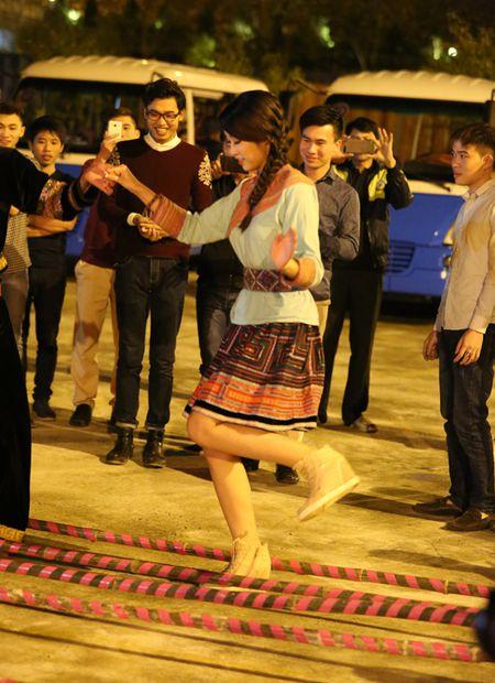 Hoa hau My Linh di sneaker don de nhay sap o Sapa - Anh 2