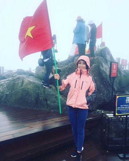 Hoa hau My Linh di sneaker don de nhay sap o Sapa - Anh 7