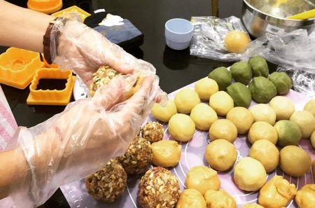 Can Trung thu, dan cong so hao huc tu lam banh handmade tai nha - Anh 1