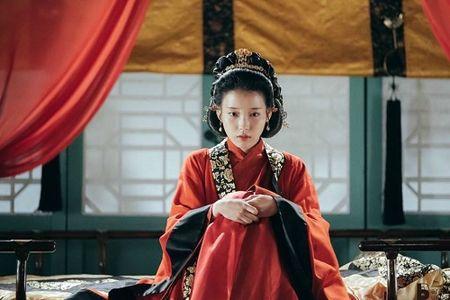 Nguoi tinh anh trang tap 6: Hoang cung day song vi IU bi ep ga cho vua - Anh 1