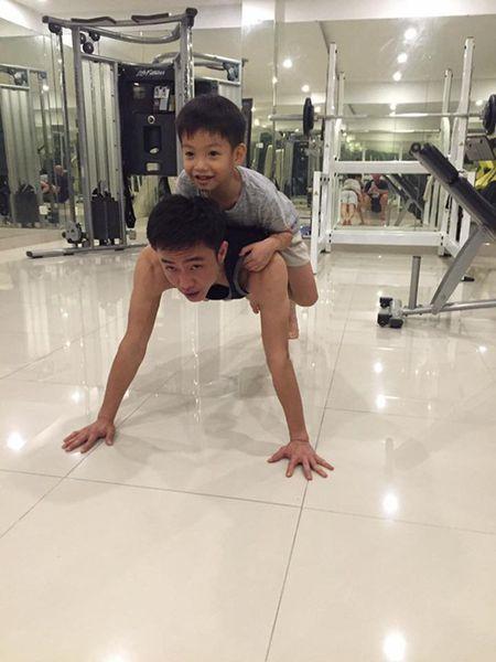 Cuong Do La cong con trai tren lung khi tap the duc - Anh 1