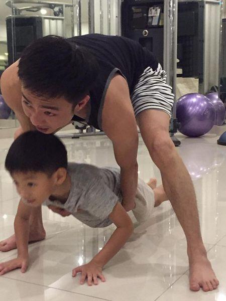 Cuong Do La cong con trai tren lung khi tap the duc - Anh 3