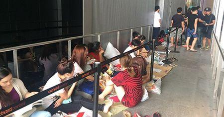 Nguoi Viet chi tien trieu thue xep hang mua iPhone 7 o Singapore - Anh 1