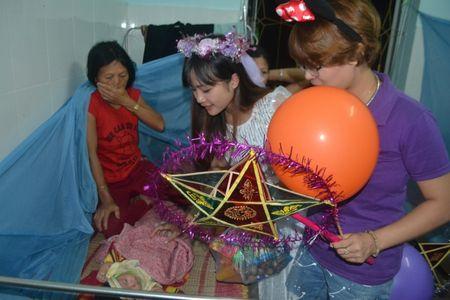 Ha Giang: Mang Trung thu den voi tre em ngheo tai benh vien - Anh 2