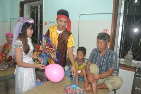 Ha Giang: Mang Trung thu den voi tre em ngheo tai benh vien - Anh 3