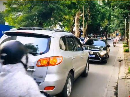Lan lan, xe bien xanh bi xe bien trang buoc phai lui nguoc - Anh 1