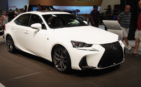Lexus IS 2017 den thi truong Bac My - Anh 1