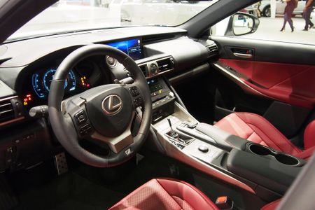 Lexus IS 2017 den thi truong Bac My - Anh 2