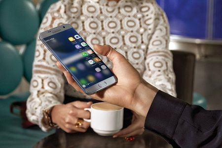 Samsung bi kien vi Galaxy S7 Edge phat no trong tui quan - Anh 1