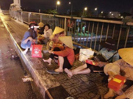 Ngoc Trinh di xe may, tong Lao phat banh cho nguoi vo gia cu - Anh 1