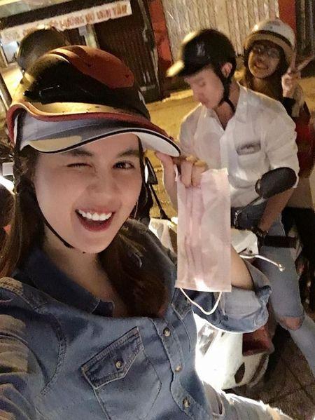 Ngoc Trinh di xe may, tong Lao phat banh cho nguoi vo gia cu - Anh 3
