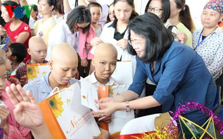 Pho Chu tich nuoc trao qua Trung thu cho benh nhi ung thu - Anh 1