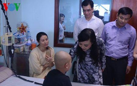 Pho Chu tich nuoc trao qua Trung thu cho benh nhi ung thu - Anh 2