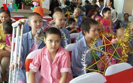 Pho Chu tich nuoc trao qua Trung thu cho benh nhi ung thu - Anh 3