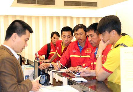 Huan luyen vien Huu Thang 'tang qua' hoc tro sau khi ve toi Ha Noi - Anh 5