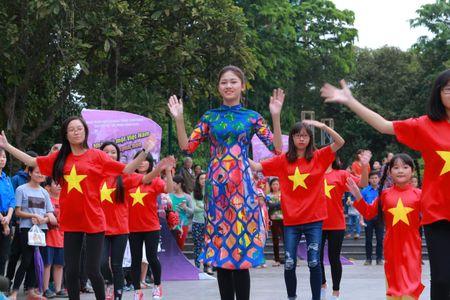 Dan Hoa hau cung hang ngan hoc sinh, sinh vien 'Nhay vi su tu te' - Anh 8