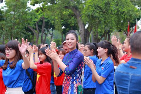 Dan Hoa hau cung hang ngan hoc sinh, sinh vien 'Nhay vi su tu te' - Anh 9
