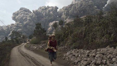 Nui lua phun trao o Indonesia, cot khoi bui cao toi 1.000 met - Anh 1