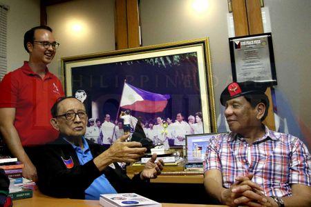 Cuu TT Philippines chi trich ong Duterte ve bien doi khi hau - Anh 1