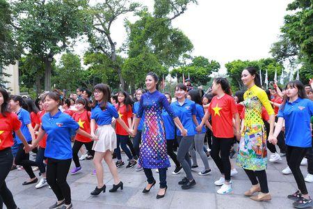 HH Do My Linh dien ao dai nhay flashmob o Ho Guom - Anh 4