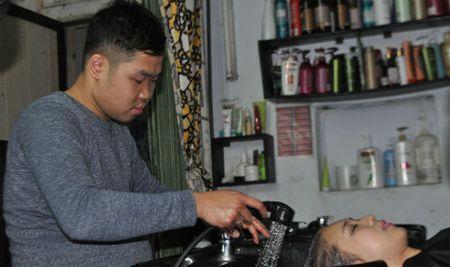 Tiem cat toc 'cuc di' trong ngo Van Chuong - Anh 1