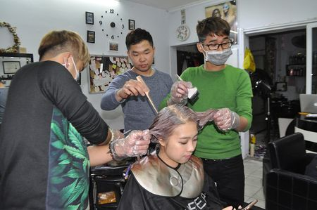 Tiem cat toc 'cuc di' trong ngo Van Chuong - Anh 2
