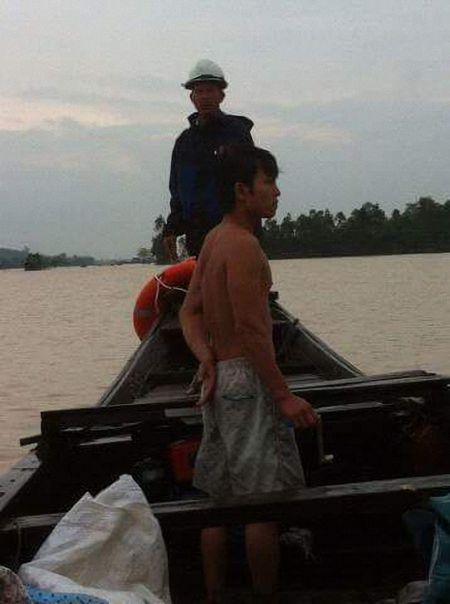Quang Binh: Lu cuon troi cau phao, 200 ho dan bi co lap giua song Gianh - Anh 2
