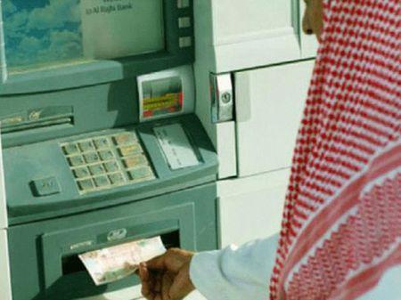 Deo bam nguoi phu nu rut tien cot ATM cuop 300 trieu dong - Anh 1