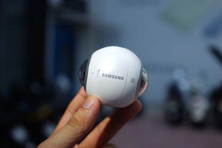 Tren tay Samsung camera Gear 360 gia 7 trieu dong - Anh 2