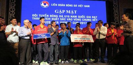 'Mua' tien thuong cho doi tuyen U19 Viet Nam - Anh 1