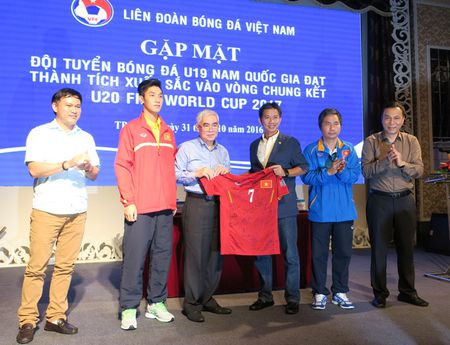'Mua' tien thuong cho doi tuyen U19 Viet Nam - Anh 5