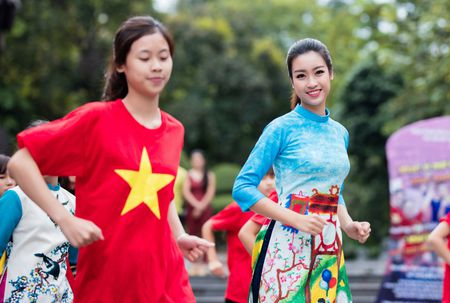 Hoa hau, a hau Viet Nam dien ao dai nhay flashmob - Anh 4