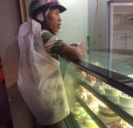 Nguoi cha ngheo doi bao nylon mua banh sinh nhat cho con - Anh 1