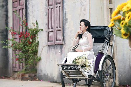 'Hot girl dao keo' lung lieng trong 6 ta ao dai xuan ruc ro - Anh 1
