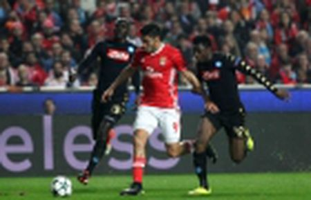 Mourinho bat ngo ca ngoi Fellaini - Anh 2