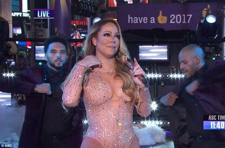 Mariah Carey gay bao san khau giao thua vi man hat nhep - Anh 1