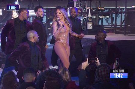 Mariah Carey gay bao san khau giao thua vi man hat nhep - Anh 2
